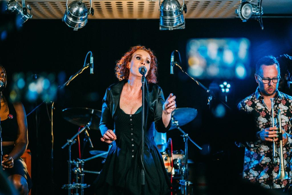 Multi Award-Winning Contemporary Jazz Songstress Fiona Ross  Releases New Live Album – Jazz in Europe